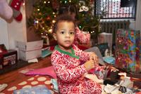Mixed race boy opening Christmas gifts 11018072354  写真素材・ストックフォト・画像・イラスト素材 アマナイメージズ