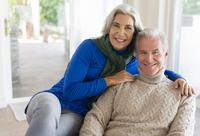 Caucasian couple hugging 11018072425| 写真素材・ストックフォト・画像・イラスト素材|アマナイメージズ