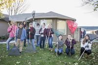 Smiling friends posing with rakes on autumn lawn 11018072463| 写真素材・ストックフォト・画像・イラスト素材|アマナイメージズ