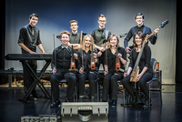 Student band smiling on stage 11018072467| 写真素材・ストックフォト・画像・イラスト素材|アマナイメージズ