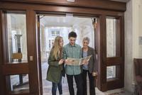 Caucasian family taking museum tour 11018072474| 写真素材・ストックフォト・画像・イラスト素材|アマナイメージズ