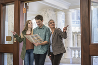 Caucasian family taking tour of capitol 11018072477| 写真素材・ストックフォト・画像・イラスト素材|アマナイメージズ