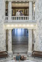 Caucasian sightseers taking tour of capitol 11018072478| 写真素材・ストックフォト・画像・イラスト素材|アマナイメージズ