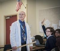 Teacher holding yardstick in science classroom 11018072507| 写真素材・ストックフォト・画像・イラスト素材|アマナイメージズ
