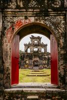Ornate archway in dilapidated ruins 11018072826| 写真素材・ストックフォト・画像・イラスト素材|アマナイメージズ