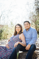 Pregnant Hispanic couple smiling outdoors 11018072858| 写真素材・ストックフォト・画像・イラスト素材|アマナイメージズ