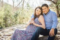Pregnant Hispanic couple smiling outdoors 11018072859| 写真素材・ストックフォト・画像・イラスト素材|アマナイメージズ
