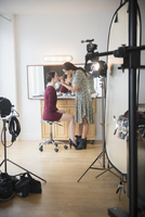 Model having makeup applied by stylist 11018072928| 写真素材・ストックフォト・画像・イラスト素材|アマナイメージズ