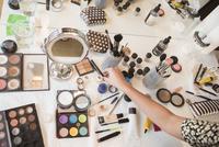 Hispanic woman selecting makeup from table 11018072932| 写真素材・ストックフォト・画像・イラスト素材|アマナイメージズ