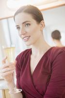 Caucasian woman drinking glass of champagne 11018072934| 写真素材・ストックフォト・画像・イラスト素材|アマナイメージズ