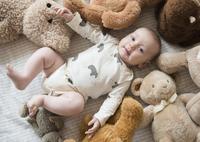 Caucasian baby stuffed animals on bed 11018073015| 写真素材・ストックフォト・画像・イラスト素材|アマナイメージズ