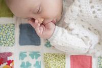 Sleeping Caucasian baby sucking thumb 11018073025| 写真素材・ストックフォト・画像・イラスト素材|アマナイメージズ