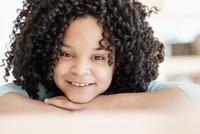 African American girl smiling 11018073063  写真素材・ストックフォト・画像・イラスト素材 アマナイメージズ
