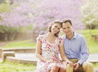 Pregnant Caucasian couple smiling outdoors 11018073072| 写真素材・ストックフォト・画像・イラスト素材|アマナイメージズ