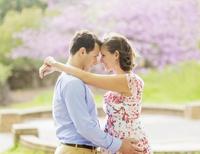 Pregnant Caucasian couple hugging outdoors 11018073073| 写真素材・ストックフォト・画像・イラスト素材|アマナイメージズ