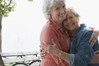 Older Caucasian lesbian couple hugging outdoors 11018073144| 写真素材・ストックフォト・画像・イラスト素材|アマナイメージズ