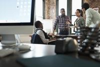 Business people talking in office 11018073181| 写真素材・ストックフォト・画像・イラスト素材|アマナイメージズ