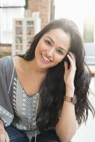 Hispanic woman smiling in living room 11018073282  写真素材・ストックフォト・画像・イラスト素材 アマナイメージズ