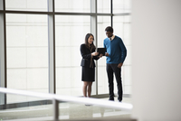 Business people using digital tablet in office 11018073329| 写真素材・ストックフォト・画像・イラスト素材|アマナイメージズ