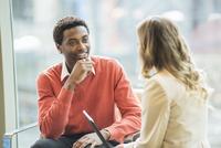 Business people talking in office 11018073340| 写真素材・ストックフォト・画像・イラスト素材|アマナイメージズ