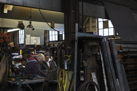 Workers talking in workshop 11018073363| 写真素材・ストックフォト・画像・イラスト素材|アマナイメージズ