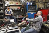 Workers talking in workshop 11018073397| 写真素材・ストックフォト・画像・イラスト素材|アマナイメージズ
