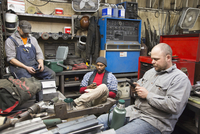Workers using cell phone in workshop 11018073398| 写真素材・ストックフォト・画像・イラスト素材|アマナイメージズ