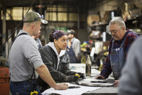 Workers talking in workshop 11018073400| 写真素材・ストックフォト・画像・イラスト素材|アマナイメージズ