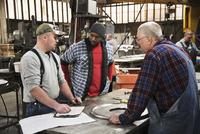 Workers talking in workshop 11018073410| 写真素材・ストックフォト・画像・イラスト素材|アマナイメージズ