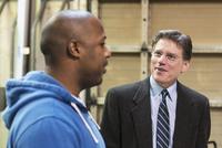 Businessman and worker talking in workshop 11018073476| 写真素材・ストックフォト・画像・イラスト素材|アマナイメージズ