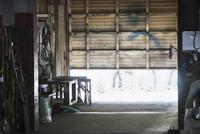 Workers entering garage door of workshop 11018073495| 写真素材・ストックフォト・画像・イラスト素材|アマナイメージズ