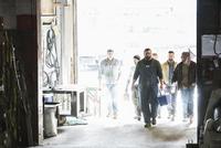 Workers entering door of workshop 11018073496| 写真素材・ストックフォト・画像・イラスト素材|アマナイメージズ