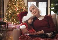 Caucasian grandmother and granddaughter napping on sofa 11018073560| 写真素材・ストックフォト・画像・イラスト素材|アマナイメージズ