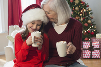 Caucasian grandmother and granddaughter drinking hot cocoa at Christmas 11018073561| 写真素材・ストックフォト・画像・イラスト素材|アマナイメージズ