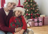 Caucasian grandmother and granddaughter hugging at Christmas 11018073563| 写真素材・ストックフォト・画像・イラスト素材|アマナイメージズ
