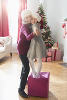Caucasian grandmother and granddaughter dancing at Christmas 11018073570| 写真素材・ストックフォト・画像・イラスト素材|アマナイメージズ