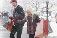 Caucasian grandmother and granddaughter shopping for Christmas gifts 11018073574| 写真素材・ストックフォト・画像・イラスト素材|アマナイメージズ