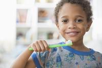 Mixed race boy brushing his teeth 11018073591| 写真素材・ストックフォト・画像・イラスト素材|アマナイメージズ