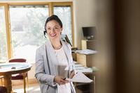 Businesswoman wearing headset in office 11018073716  写真素材・ストックフォト・画像・イラスト素材 アマナイメージズ