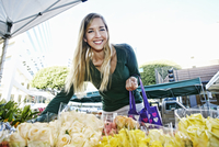Caucasian woman shopping in flower market 11018073892| 写真素材・ストックフォト・画像・イラスト素材|アマナイメージズ