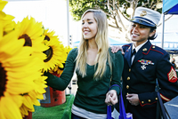 Asian soldier and friend shopping in flower market 11018073893| 写真素材・ストックフォト・画像・イラスト素材|アマナイメージズ