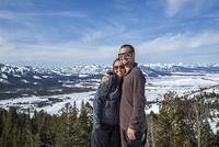Caucasian couple smiling near remote landscape view 11018073992| 写真素材・ストックフォト・画像・イラスト素材|アマナイメージズ