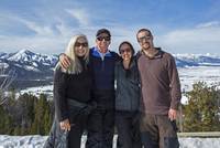 Caucasian family smiling near remote landscape view 11018073993| 写真素材・ストックフォト・画像・イラスト素材|アマナイメージズ
