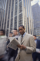 African American businessman reading newspaper 11018074421| 写真素材・ストックフォト・画像・イラスト素材|アマナイメージズ