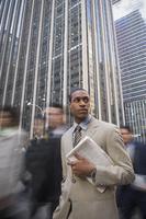 African American businessman holding newspaper 11018074422| 写真素材・ストックフォト・画像・イラスト素材|アマナイメージズ