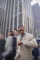 African American businessman checking watch 11018074423| 写真素材・ストックフォト・画像・イラスト素材|アマナイメージズ