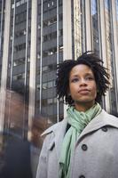 African American woman in urban scene 11018074424| 写真素材・ストックフォト・画像・イラスト素材|アマナイメージズ