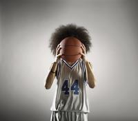Mixed race basketball player holding basketball 11018074689  写真素材・ストックフォト・画像・イラスト素材 アマナイメージズ