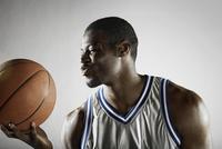 African basketball player holding basketball 11018074692  写真素材・ストックフォト・画像・イラスト素材 アマナイメージズ