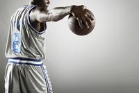 African basketball player holding basketball 11018074694  写真素材・ストックフォト・画像・イラスト素材 アマナイメージズ
